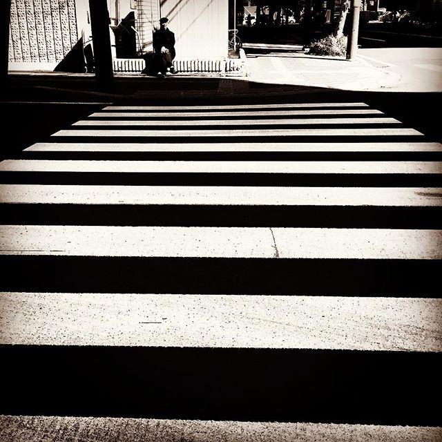 横断歩道の先にいるお爺さん