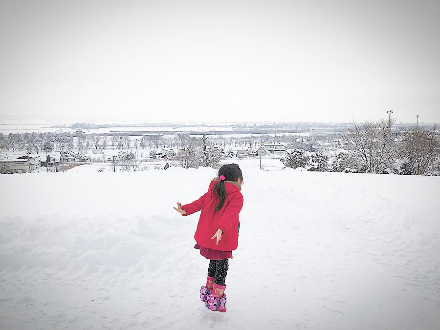 池田町の高台で叫ぶ女の子