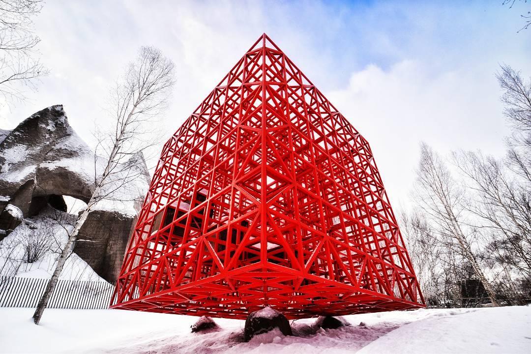 石山緑地の「赤い空の箱」