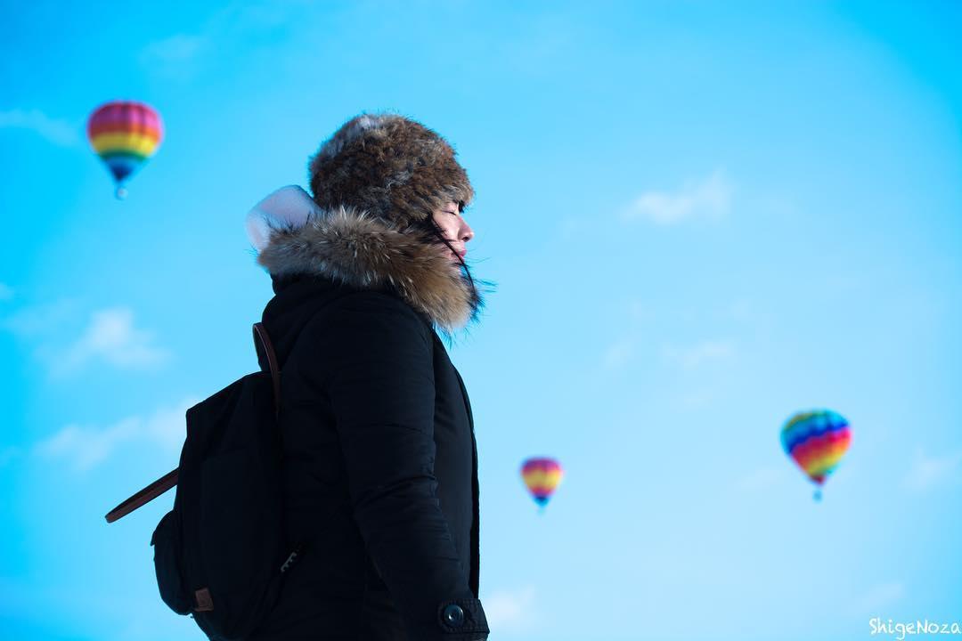 上士幌町の熱気球と女性
