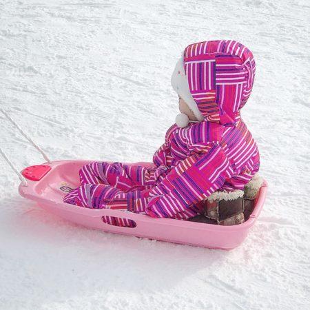ピンクのソリと子供