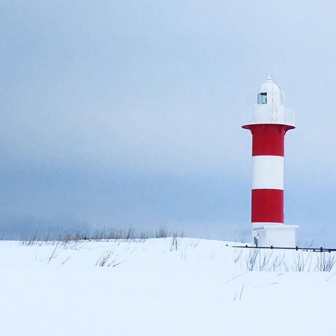 赤と白の石狩灯台