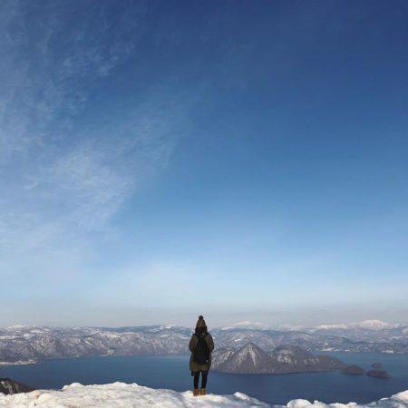洞爺湖を眺める女の子