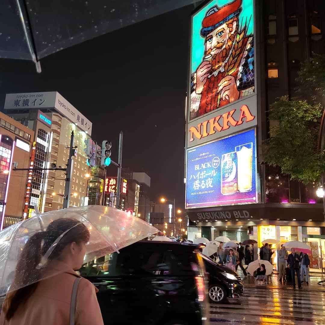 雨のススキノ