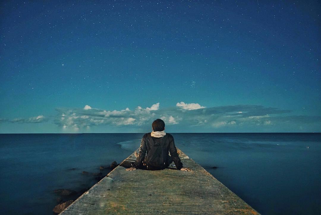紋別市の海と星空を楽しむ男性