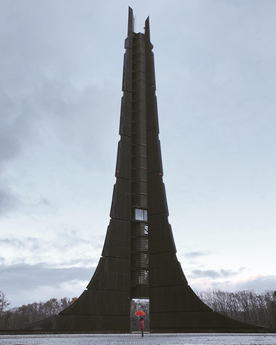 雨の日の百年記念塔