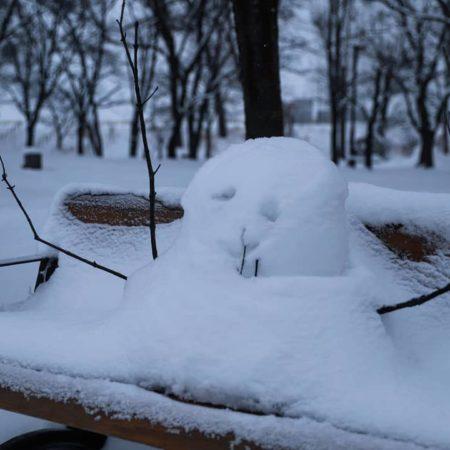 ベンチの上の雪だるま