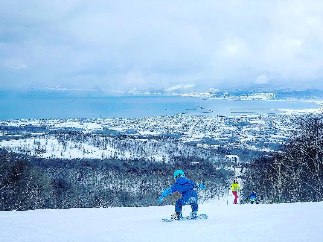 Child snowboarding at IWANAI RESORT
