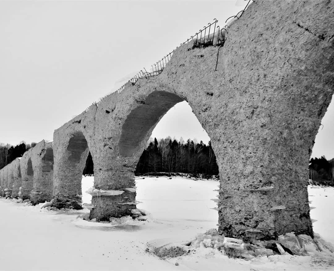 Monochromatic Taushubetsu bridges