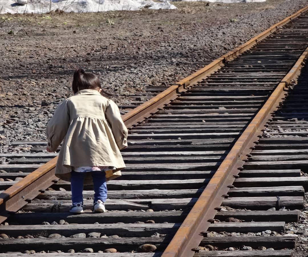 増毛駅の廃線を歩く女の子