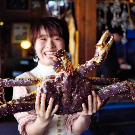 大きな蟹を持つ女の子