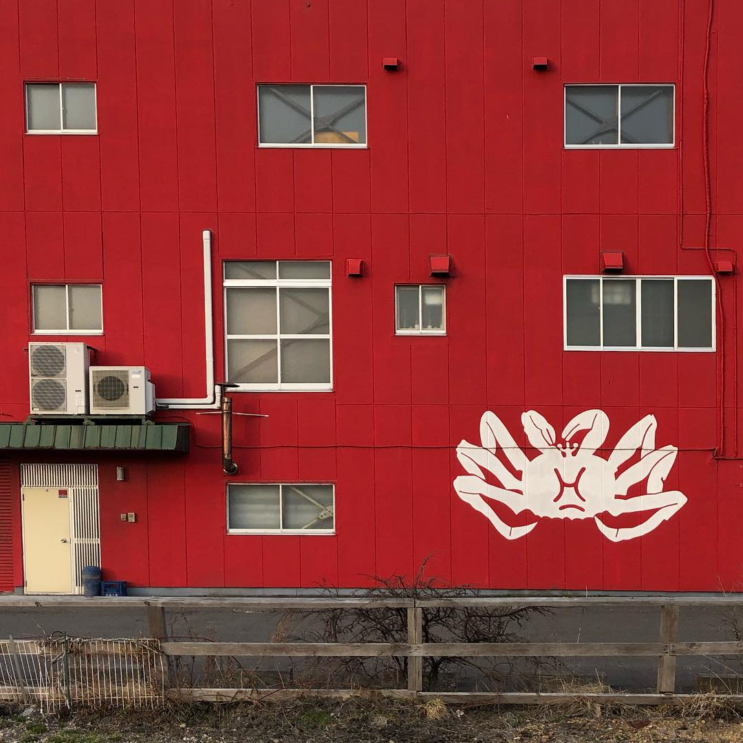 Red wall and white crab
