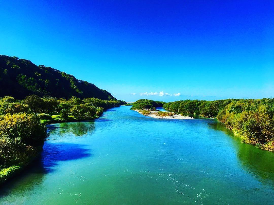 色鮮やかな静内川