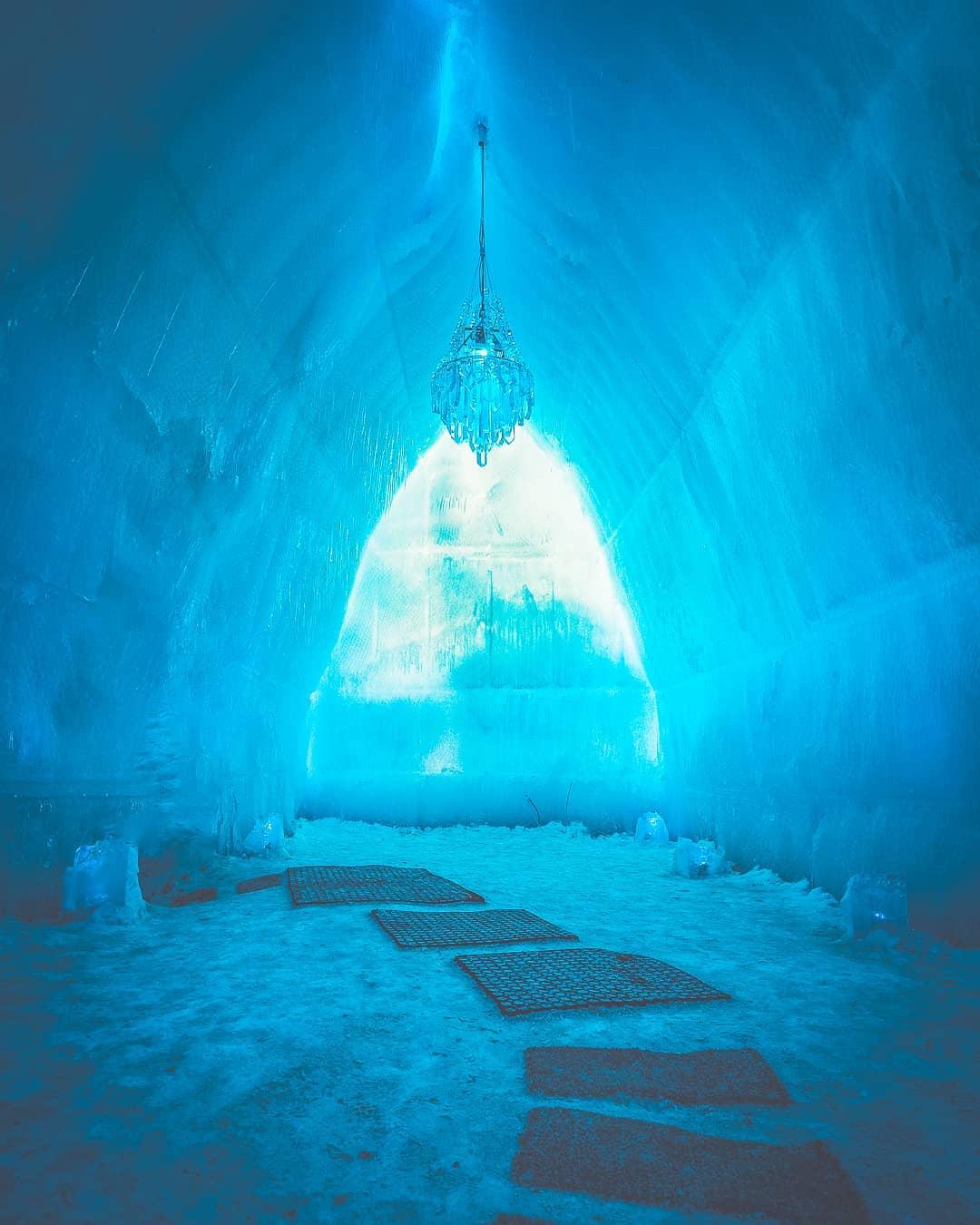 支笏湖の神秘的な氷の洞窟