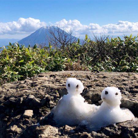倶知安町の羊蹄山と雪だるま