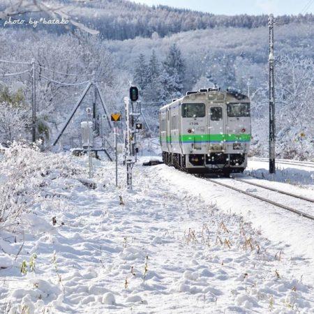 遠軽町の雪の中を走る電車