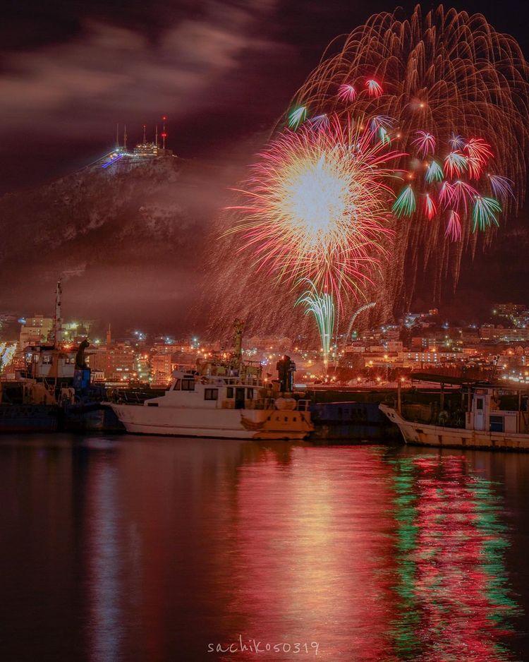 函館市の海と花火の風景