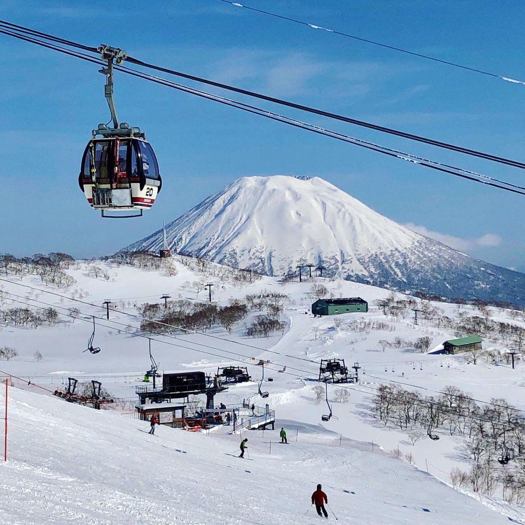 雪山とロープウェー(ニセコ町)