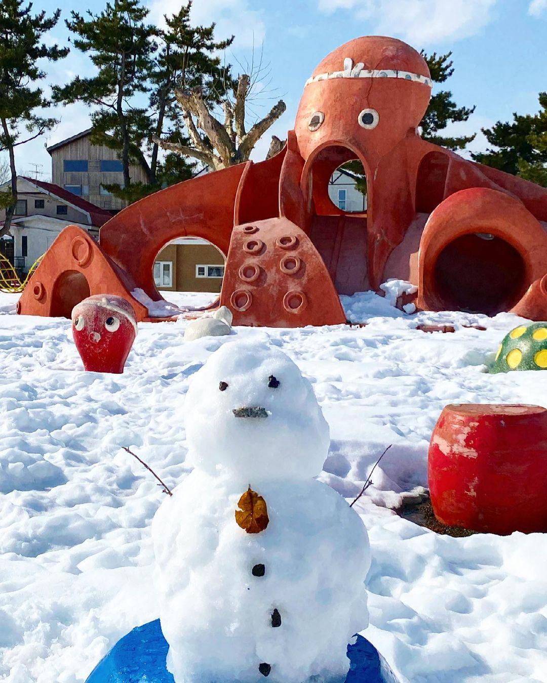 タコの遊具と雪だるま(伊達市)