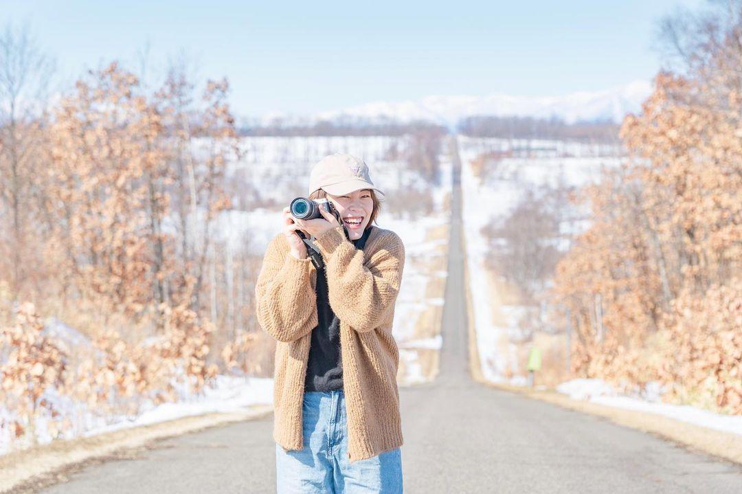 Woman with a camera (Shikaoi)