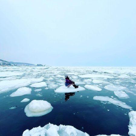 流氷に座る女性(斜里町)