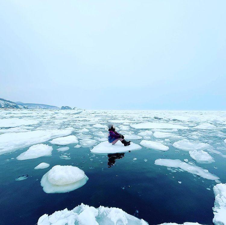 A woman sitting on the drift ice (Shari)