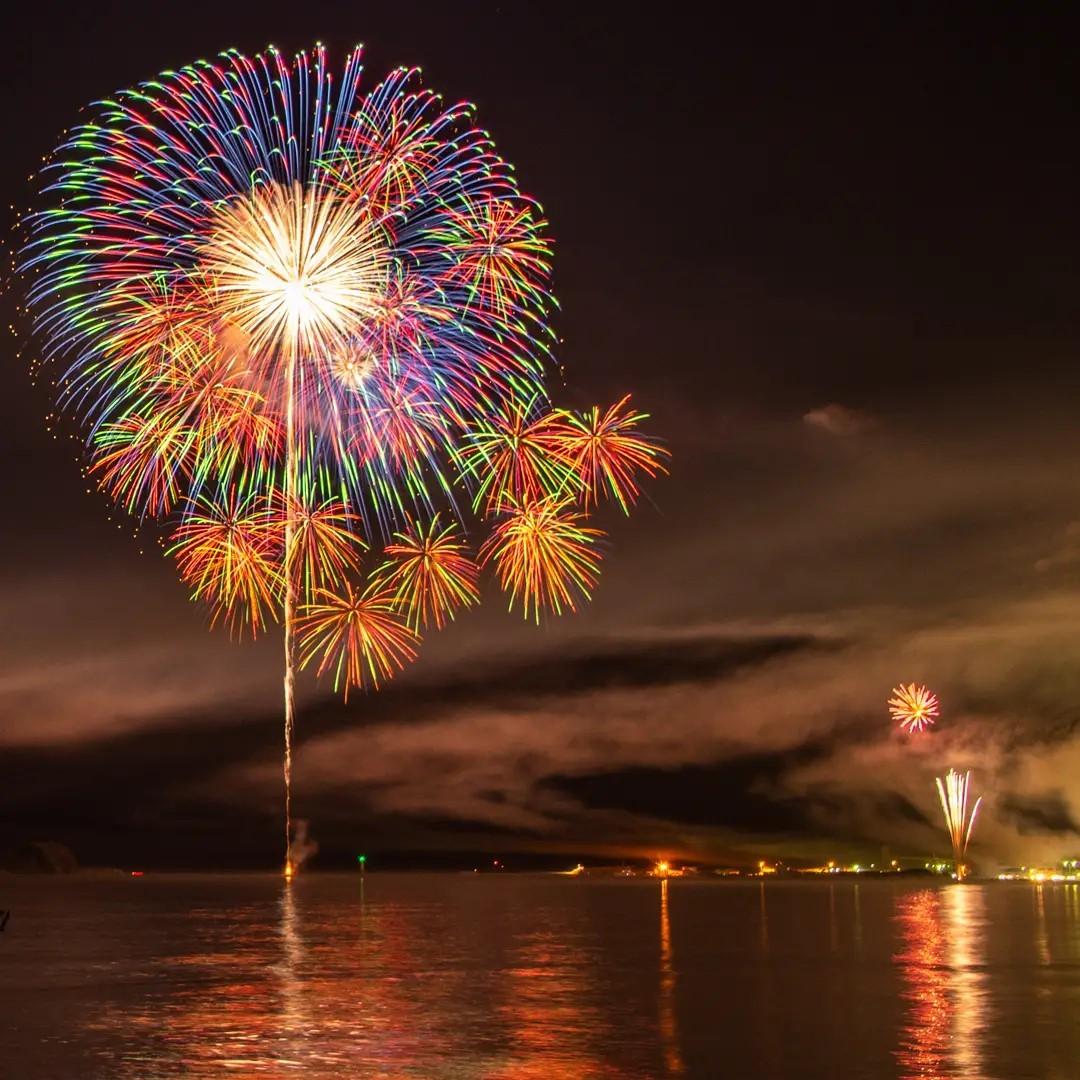 オホーツク海に上がる花火(網走市)