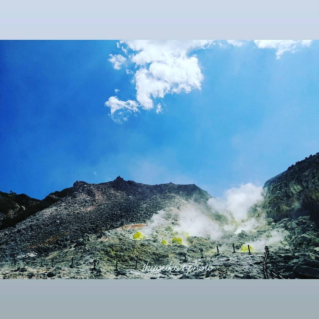 煙を噴き上げる硫黄山(弟子屈町)