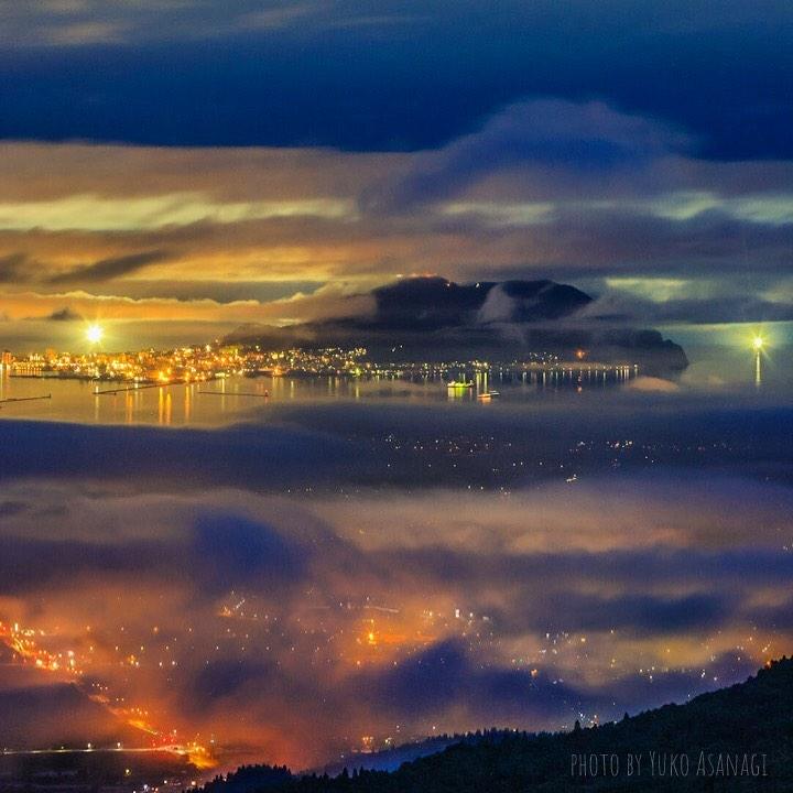 雲間から見える街の光(北斗市)